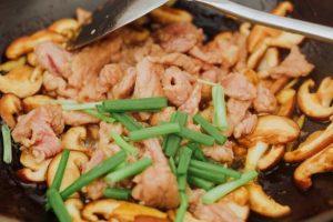 thịt lợn xào nấm